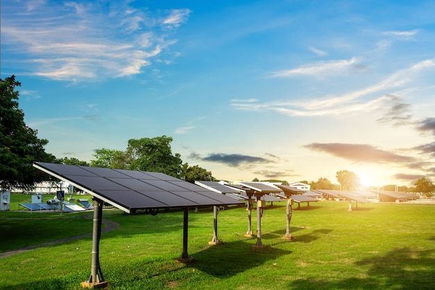 Pannello solare su sfondo blu cielo, concetto di energia alternativa, energia pulita