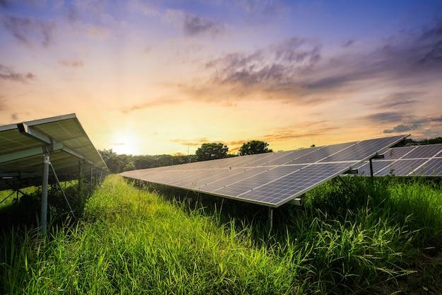 Cella a pannello solare con cielo al tramonto