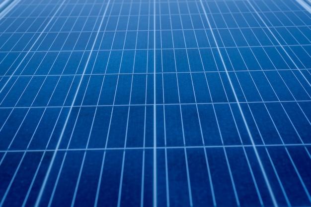 Il pannello solare si installa sulla copertura del tetto in un grande edificio per la generazione di energia elettrica