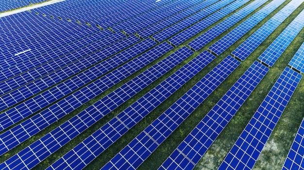 Pannelli solari in vista aerea. generatori di energia del sistema dei pannelli solari dal sole