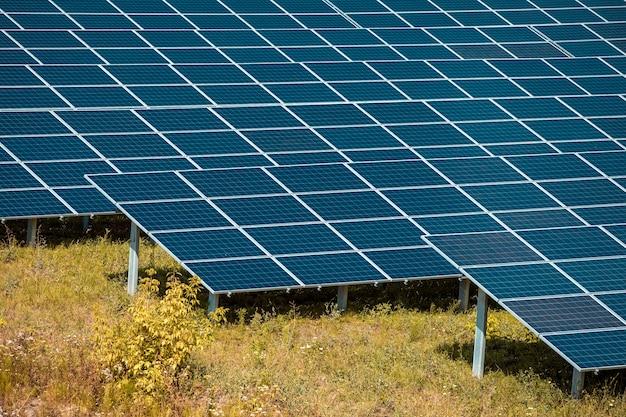 Pannelli solari in vista aerea. generatori di energia del sistema di pannelli solari dal sole