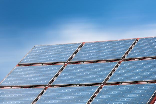 Pannelli solari contro il cielo blu profondo
