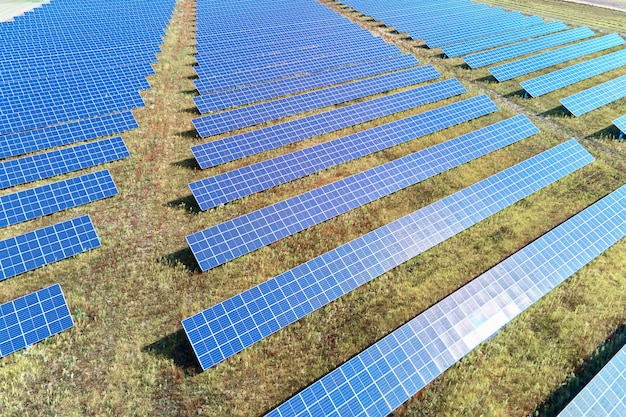 Fattoria di pannelli solari nel campo