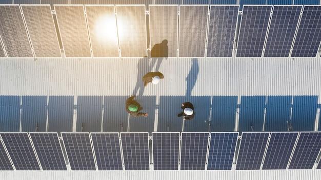 Installazione di pannelli solari in corso. immagine del drone.