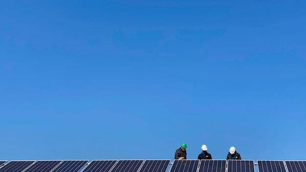Installazione di pannelli solari in corso.