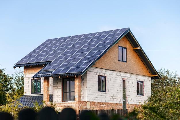 Pannelli solari sul tetto di una casa privata in ricostruzione