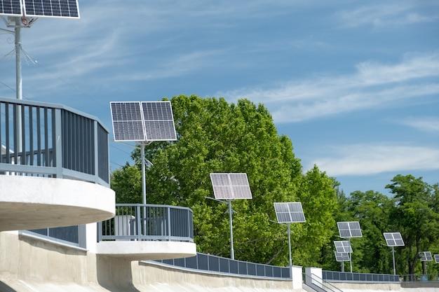 Pannelli solari per strada. energia alternativa energia solare in giornata di sole