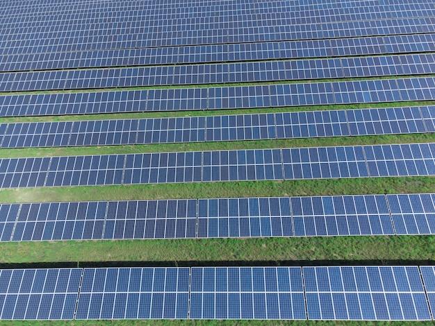 Vista dall'alto dei pannelli solari. sfondo dal campo dei pannelli solari. energia solare rispettosa dell'ambiente.
