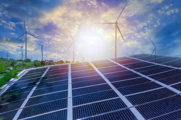 Pannelli solari e centrali eoliche. energia rinnovabile eolica e solare. foto sfocata con messa a fuoco morbida.