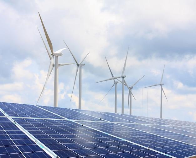 Pannelli solari e turbine eoliche con le nuvole e il cielo, energie rinnovabili
