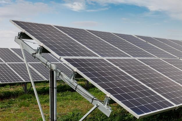 Pannelli solari fotovoltaici su un campo