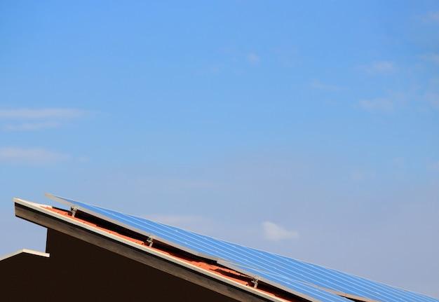 Pannelli solari fotovoltaici su un tetto al tramonto. energia pulita moderna casa o concetto di immagine aziendale. spazio per il testo.