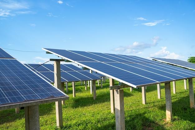 Pannelli solari fotovoltaici e sistemi di generazione di energia solare fotovoltaica, energia verde e sviluppo sostenibile per generatore di energia solare.