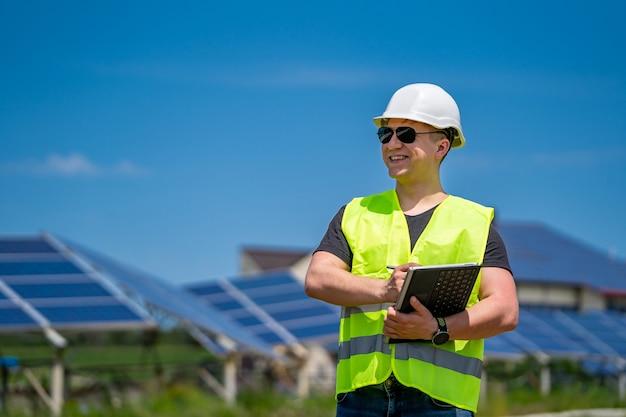 Pannello solare. energia verde. elettricità. pannelli energetici di potenza. ingegnere su un impianto solare.