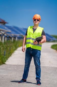 Pannello solare. energia verde. elettricità. pannelli energetici di potenza. ingegnere presso un impianto solare.
