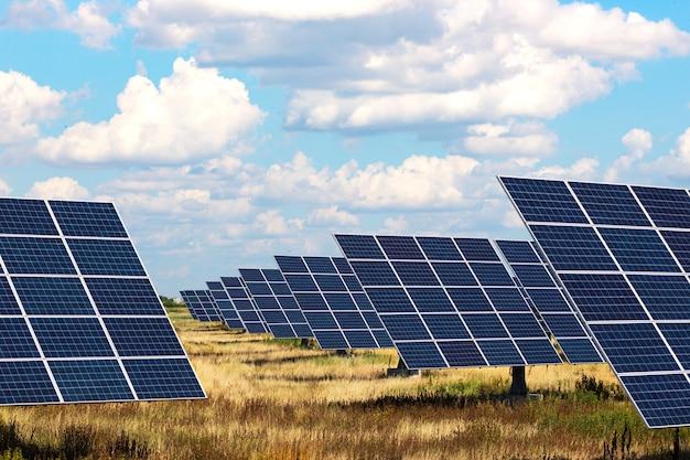 Centrali solari. pannelli solari sullo sfondo del cielo. energia alternativa