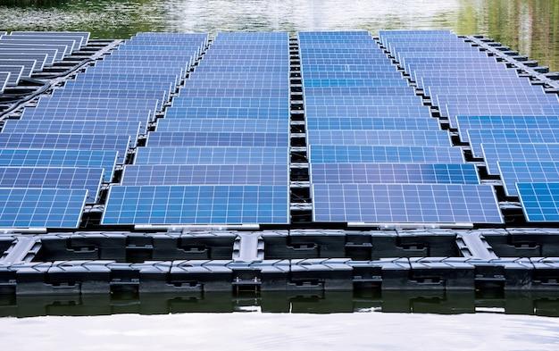 La centrale elettrica solare galleggia sull'acqua
