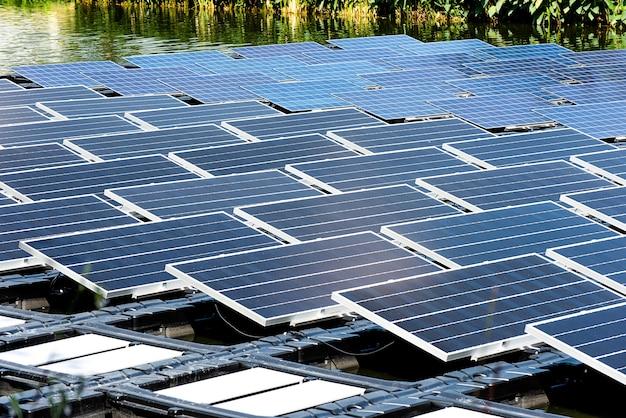 La centrale elettrica solare galleggia sull'acqua Foto Premium