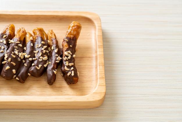 Copertura di cioccolato alla banana essiccata al sole o cioccolato ricoperto di banana