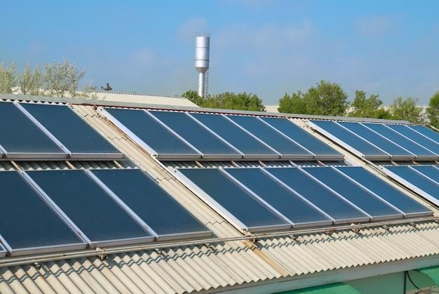 Sistema di riscaldamento solare dell'acqua sul tetto rosso. pannelli gelio.