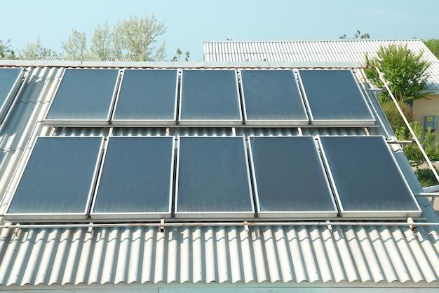 Sistema di riscaldamento solare dell'acqua sul tetto rosso