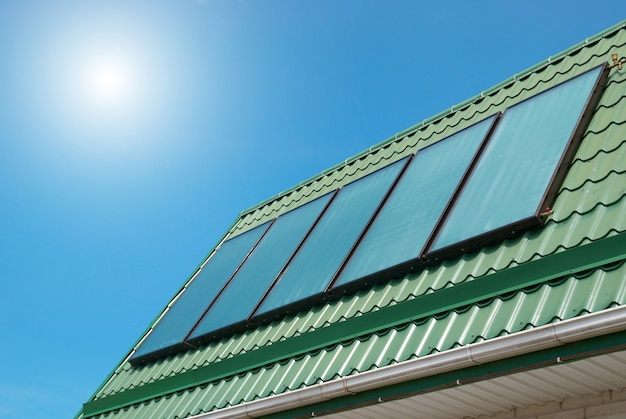 Impianto di riscaldamento solare dell'acqua sul tetto.
