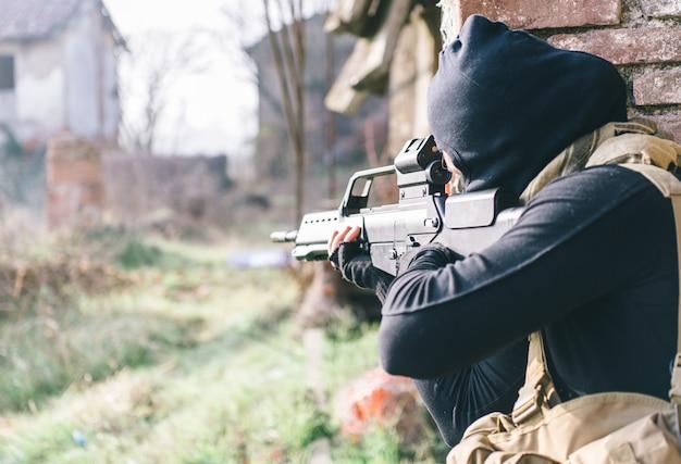 Soldato che combatte sulla terra nemica. concetto di guerra e terrorismo
