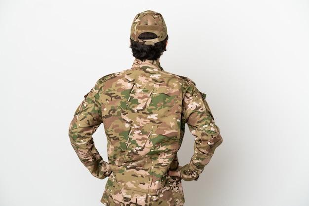 Uomo soldato isolato su sfondo bianco in posizione posteriore