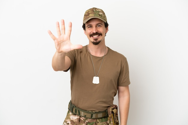 Uomo soldato isolato su sfondo bianco contando cinque con le dita