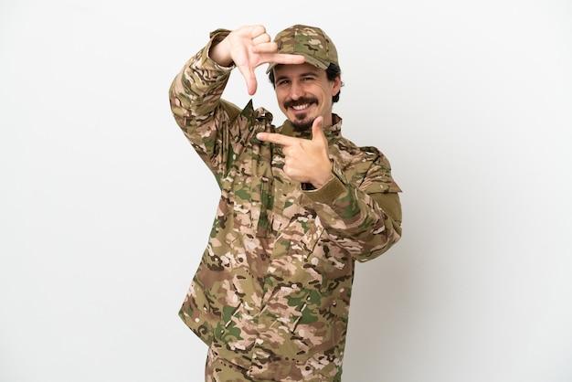 Uomo del soldato isolato sul fronte bianco della messa a fuoco del fondo. simbolo di inquadratura