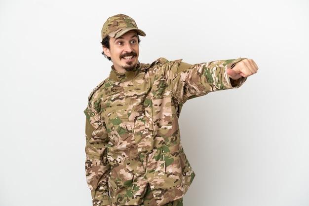 Uomo soldato isolato su sfondo bianco che dà un gesto di pollice in alto