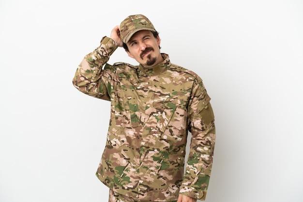 Uomo soldato isolato su sfondo bianco con dubbi e con espressione faccia confusa