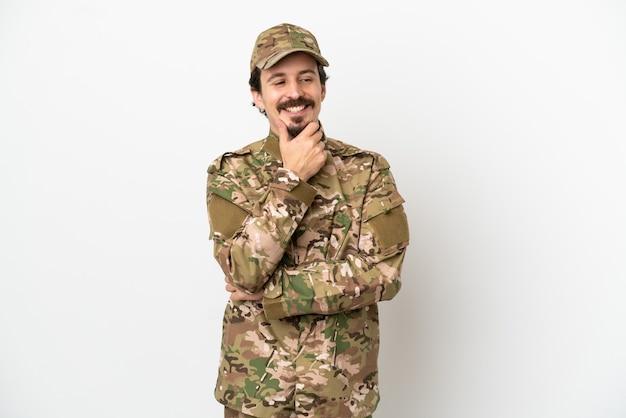 Uomo soldato isolato su sfondo bianco guardando al lato