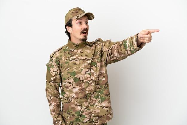 Uomo soldato isolato su sfondo bianco che punta lontano