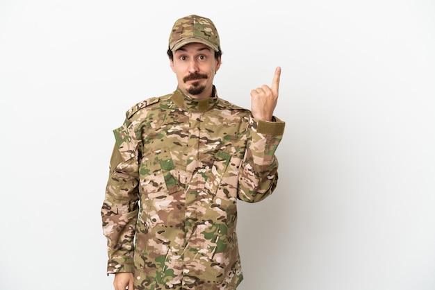 Uomo soldato isolato su sfondo bianco che indica con il dito indice una grande idea