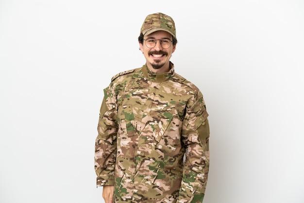 Uomo soldato isolato su sfondo bianco con gli occhiali e felice