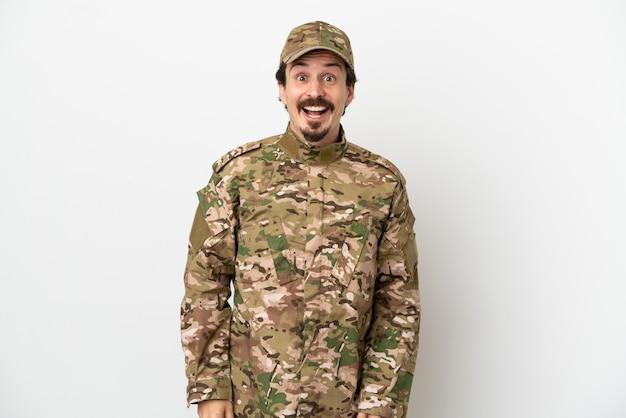 Uomo soldato isolato su sfondo bianco con espressione facciale a sorpresa