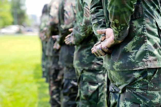 Soldati in uniforme militare mimetica in posizione di riposo