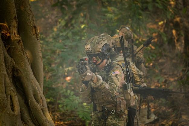 Soldati con marine per operazioni militari nella foresta asiatica