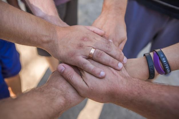 La solidarietà unisce le persone le mani insieme comunità lavoro di squadra all'aperto
