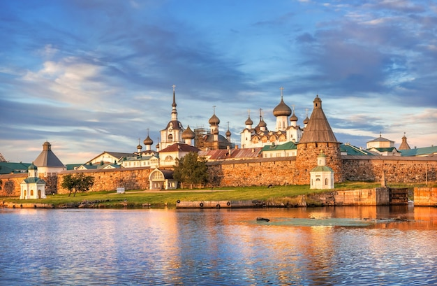 Monastero di solovetsky sulle isole solovetsky, acqua blu della baia della prosperità