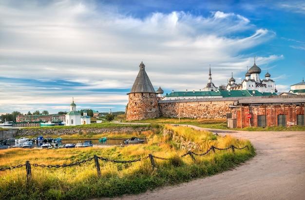 Monastero di solovetsky sulle isole solovetsky, bacino di carenaggio con barche e catene di recinzione sotto i raggi del sole autunnale