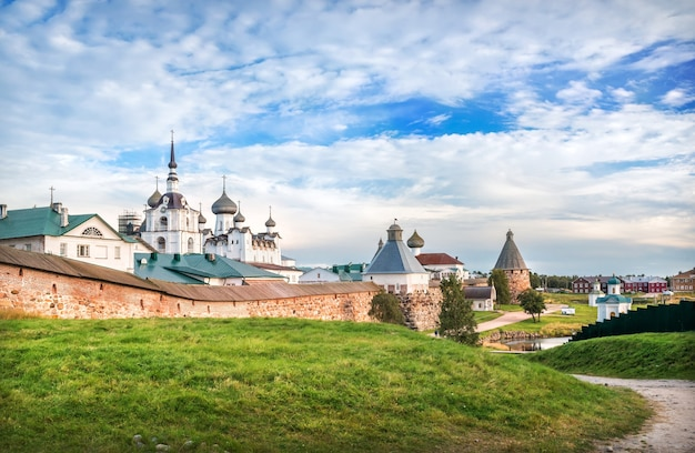 Monastero di solovetsky sulle isole solovetsky sotto i raggi del sole autunnale