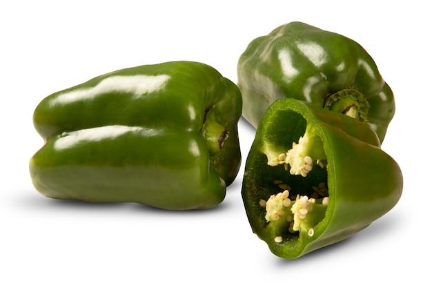 Alcuni peperoni verdi sopra un bianco isolato. verdura fresca.