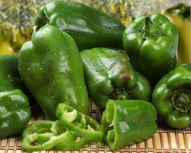 Alcuni peperoni verdi su una superficie di legno. verdura fresca.
