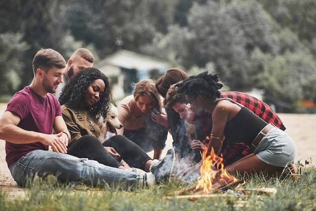 Una specie di gioco. guardando in basso. un gruppo di persone fa un picnic sulla spiaggia. gli amici si divertono durante il fine settimana.