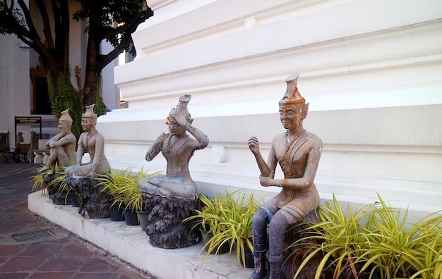 Alcuni dei molti stati reusi datton raffiguranti yogi in varie posizioni nel tempio wat pho, il centro per il massaggio tradizionale tailandese, bangkok, thailandia