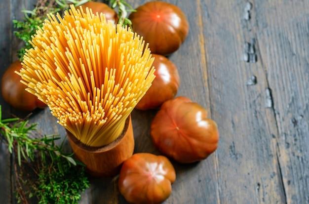 Alcuni prodotti naturali su fondo naturale in legno per la cottura della pasta mediterranea
