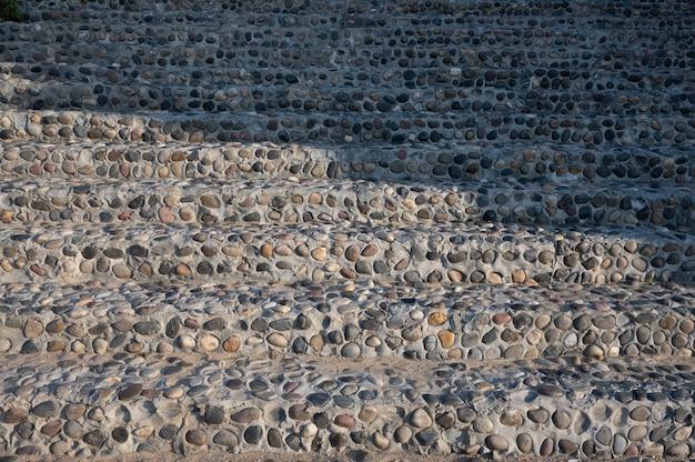 Alcuni muri fatti di materiali da costruzione hanno dei motivi regolari
