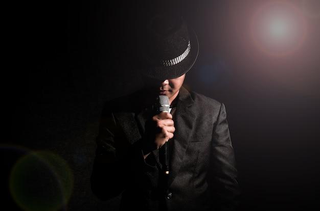 Mano di songer che tiene il microfono e canta
